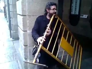 Уличный музыкант  играет на СПИНКЕ КРОВАТИ